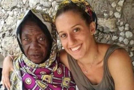 Silvia Romano dal 2018 si trovava inKenyacome educatrice per bambini in un villaggio nella contea di Kilifi per partecipare a un progettocurato dalla onlus Africa Milele. Il 20 novembre dello stesso anno tre uomini appartenenti al gruppo di jihadisti somali di al-Shabaab legato ad Al Qaeda l'hanno rapita allo scopo di chiedere poi un riscatto Read the full article...